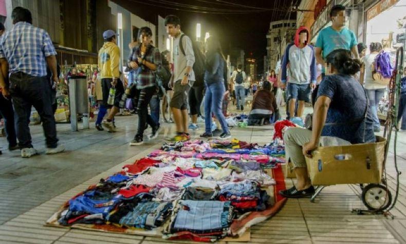 Venta ambulante en horario nocturno en las peatonales