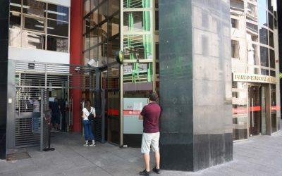 Proponen señalizar la distancia entre personas en la entrada de bancos, comercios y organismos públicos