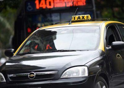 Colores de la Bandera Nacional en las unidades de taxi